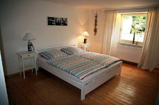 Das geräumige und helle Schlafzimmer der Ferienwohnung