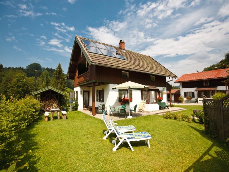 Ferienhaus Hallweger (DE Ruhpolding). Ferienhaus (100qm), Balkon und Terrasse, Küche extra, 2 Schlaf- und 1 Wohn-/Schlafzimmer, max 7 Personen