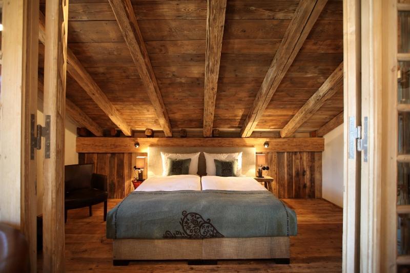 luxus schlafzimmer im alpenstil mit kaminofen und bergblick pictures - Schlafzimmer Modern Aus Holz