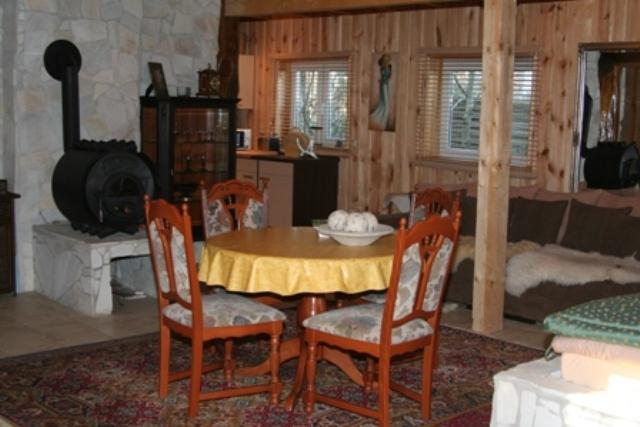 Zimmeransicht mit Tisch im Erdgeschoss
