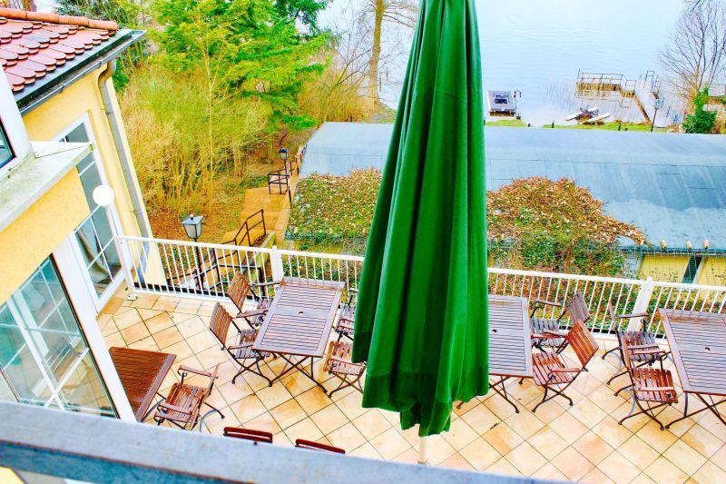 Terrasse mit See