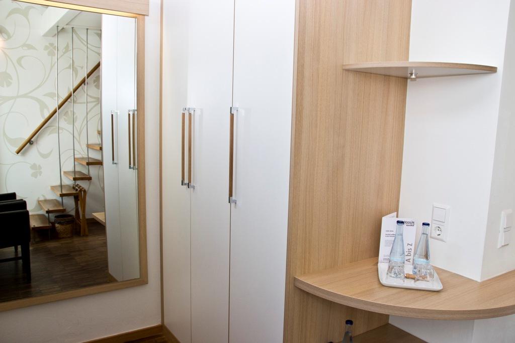 Galeriezimmer - Zimmeransicht Spiegel und Schrank auf der unteten Ebene