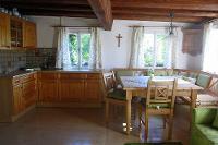 Küche und Essbereich in der Ferienwohnung Rehkoglgut in Bad Goisern | © Karin Huber