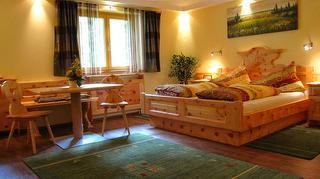 Zirben-Familienzimmer Doppelbett / Urheber: Ehrenfried Vierthaler / Rechteinhaber: © Ehrenfried Vierthaler