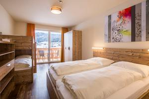 Superior room with double bed and bunk bed | © COOEE alpin Dachstein