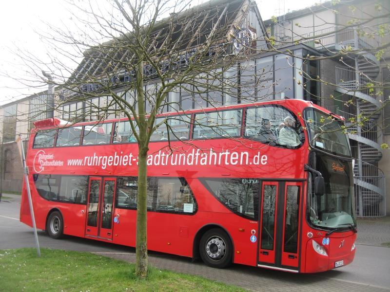 roter DoSto vor Henrichshütte / Urheber: Ruhrgebiet-Stadtrundfahrten / Rechteinhaber: © Ruhrgebiet-Stadtrundfahrten