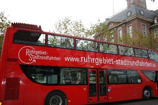 Cabriobus vor dem Herner Rathaus / Urheber: Stadtmarketing Herne / Rechteinhaber: © Stadtmarketing Herne
