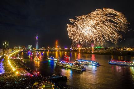 Schifffahrt zum Japan-Tag-Feuerwerk auf der MS River Dream