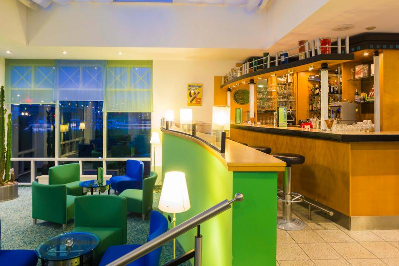 Hotelhalle mit Bar / Urheber: Hotel am Terrassenufer / Rechteinhaber: © Hotel am Terrassenufer