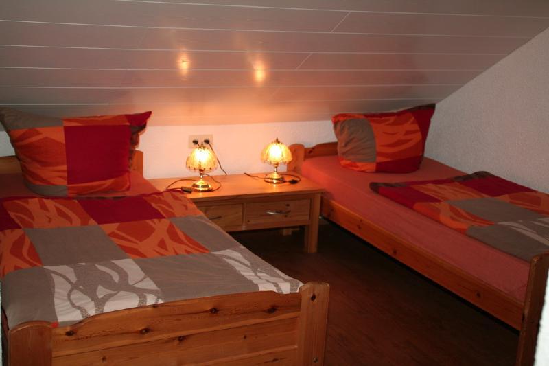 Schlafzimmer Fewo rot