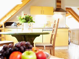 Küche mit Durchblick auf Korridor / Urheber: Lutz Gerhardt / Rechteinhaber: © Lutz Gerhardt