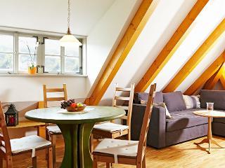 Wohnzimmer mit Essbereich und Couchecke / Urheber: Lutz Gerhardt / Rechteinhaber: © Lutz Gerhardt