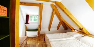 Schlafzimmer mit Doppelbett und Fenster (Ostseite) / Urheber: Lutz Gerhardt / Rechteinhaber: © Lutz Gerhardt