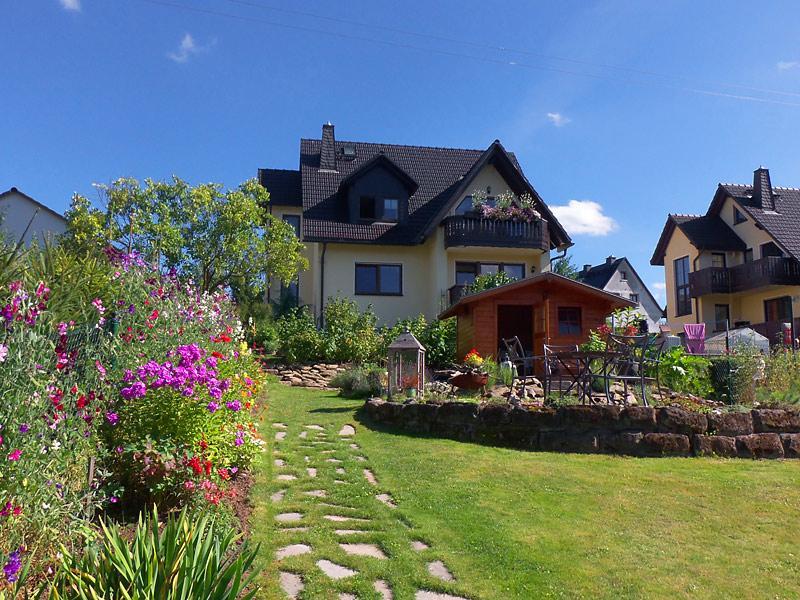 Blick vom Garten zur Ferienwohnung / Urheber: Annelies Anders / Rechteinhaber: © Annelies Anders