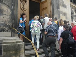 Innenbesichtigung Frauenkirche während des Spaziergangs - Eingangstür D / Urheber: Erlebnistouren Dresden Renger / Rechteinhaber: © Erlebnistouren Dresden Renger