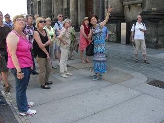 Während der Stadtführung Glanzlichter Dresden - Auf dem Schlossplatz vor dem Fürstenzug / Urheber: Erlebnistouren Dresden Renger / Rechteinhaber: © Erlebnistouren Dresden Renger