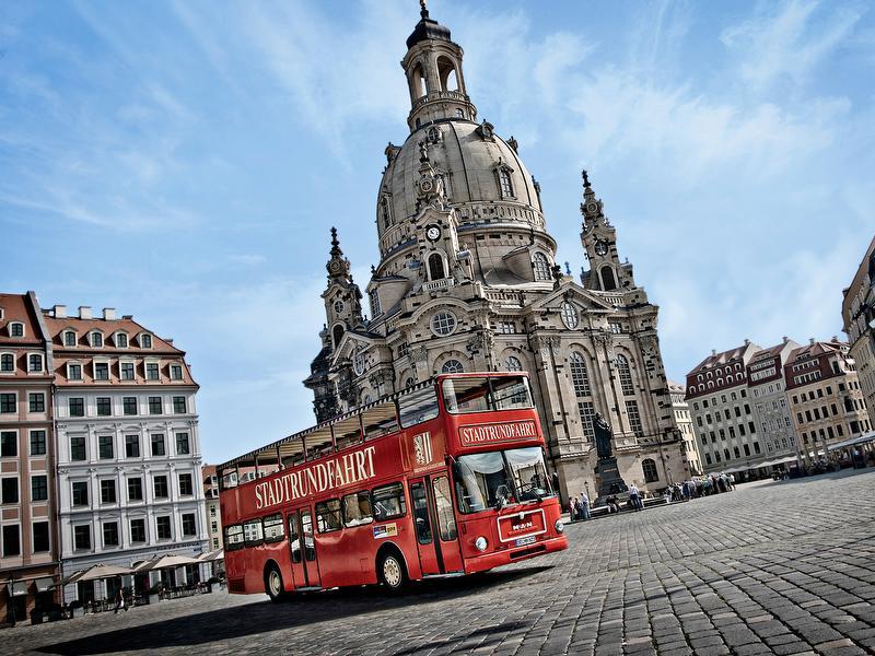 Die Roten Doppeldecker / Urheber: Dresdner Stadtrundfahrt - Die Roten Doppeldecker / Rechteinhaber: © Dresdner Stadtrundfahrt - Die Roten Doppeldecker