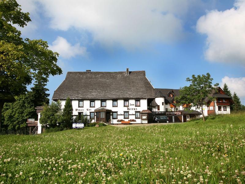 """Blick auf den Gasthof-Cafe-Pension """"Zum Kreuz"""" in Schönwald"""