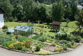 Garten und Spielplatz im Sommer