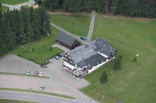 Luftaufnahme - Blick auf unseren Gasthof mit den eigenen Parkplätzen.