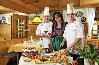 Vesperbrett - Familie Kaltenbach mit großem Schwarzwälder Vesperbrett in der rustikalen und gemütlichen Wirtschaft.