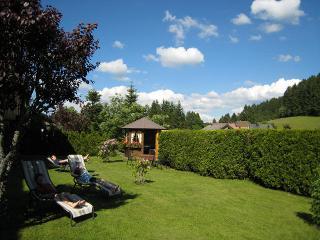 Garten mit Liegewiese und Pavillon