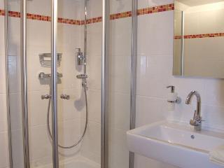 das modern eingerichtete Dusch / WC