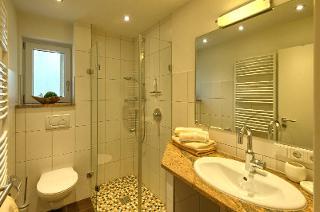 Wohlfühlbadezimmer mit Fussbodenheizung und Handtuchheizkörper