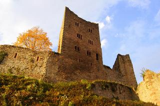 Der Herbst hat die Burg über uns in Besitz genommen