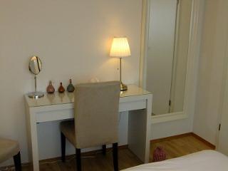 Frisiertisch und Spiegel im Schlafzimmer