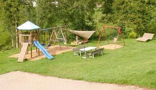 Kinderspielplatz vor dem Haus