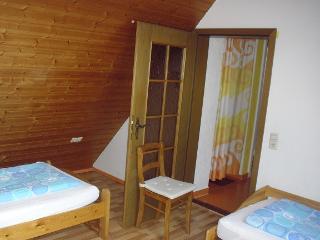 Schlafzimmer 2 mit 2 Einzellbetten und Bettschublade