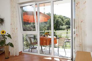 Sonnig helle Räume und einen tollen Ausblick ins Große Lautertal dank unserer bodentiefen Fensterfronten.