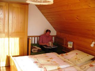 Das Schlafzimmer mit Kinderbett