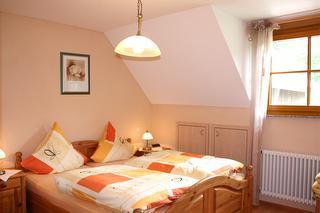 Elternschlafzimmer - Reisebettchen kann gerne beigestellt werden