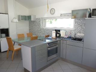 Der große, moderne offene Wohn- und Essbereich mit Küchenzeile lässt keine Wünsche offen. Fewo Mansarde