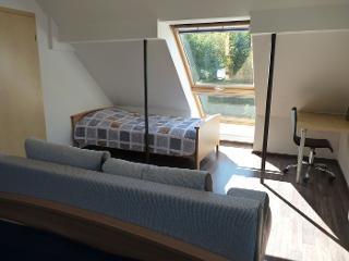 Schlafzimmer mit Doppel- und Einzelbett. Fewo Mansarde