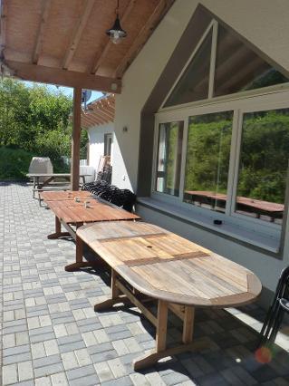 Außenbereich mit großen Tischen