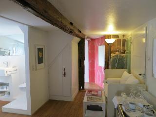 Neu ist das Zimmer nämlich nicht - der Eingangsbereich mit Bad links