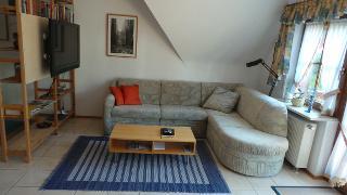 der Wohnbereich mit Flatscreen TV