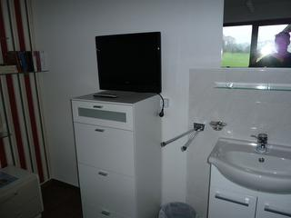 kleiner Waschtisch mit Fernseher