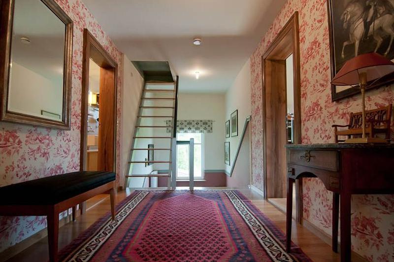 Flur vor dem Gästebereich, links Bad u. WC, rechts Eingang zum Gästezimmer