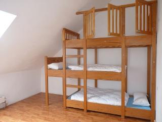 Schlafzimmer Arzfeld mit sehr schönem Dreifachbett im DG