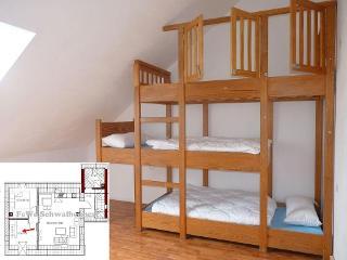 Dieses wundervolle Etagenbett mit 3 Schlafgelegenheiten ist nicht nur zum Schlafen geeignet, sondern auch zum Spielen.