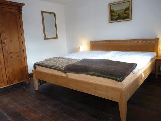 In dem zweiten Schlafzimmer Vianden befindet sich ein Doppelbett und ein französisches Bett