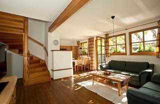 Wohnzimmer mit Küche, Kamin und Flatscreen-TV