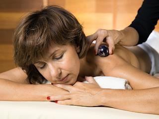 Gemstone energy massage / Author: Kur und Bäder GmbH Bad Krozingen / Copyright holder: © Kur und Bäder GmbH Bad Krozingen
