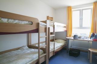 Einzelbett im Männerschlafraum