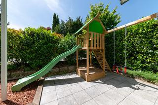 Spielturm mit Rutsche, Schaukel & Sandkasten
