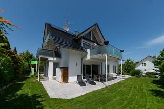 Terrasse und Garten zur alleinigen Nutzung mit Liegestühlen, Feuerschale etc
